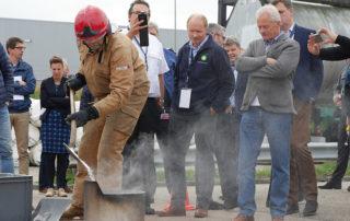 Pete de Roos beim Löschen eines Ölbrands
